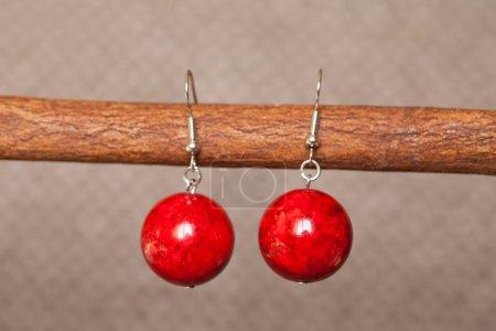 Photo pour Boucles d'oreilles colorées sur fond marron - image libre de droit