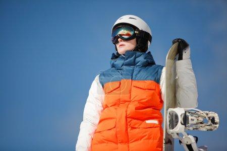 Photo pour Snowboarder femelle contre un ciel bleu et soleil - image libre de droit