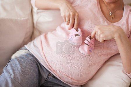 Photo pour Fermez l'image d'une femme enceinte avec signe - image libre de droit