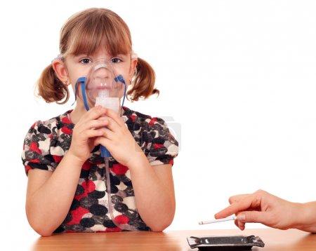 Photo pour Fumer provoque des maladies chez les enfants - image libre de droit