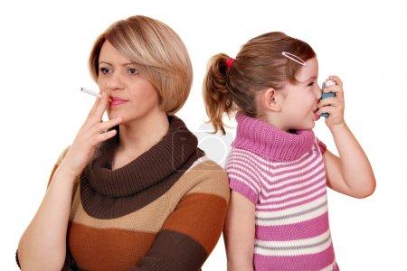 Photo pour Fumer peut causer de l'asthme chez les enfants - image libre de droit