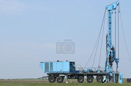 Photo pour Géologie et exploration pétrolière véhicule mobile de forage sur le terrain - image libre de droit