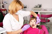 Dítě pacienta a samice zubař