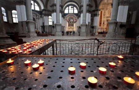 Photo pour Bougies à Santa Maria della Salute à Venise, Italie - image libre de droit