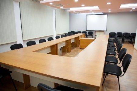Photo pour Tir d'une salle de réunion et de conférence d'affaires vide - image libre de droit