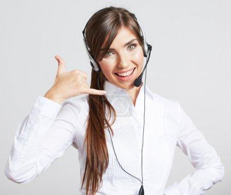Photo pour Portrait rapproché de la travailleuse du service à la clientèle, opérateur souriant du centre d'appels avec casque d'écoute téléphonique - image libre de droit