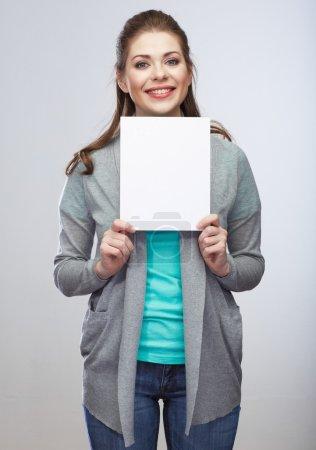 Photo pour Femme souriante tenant une carte blanche - image libre de droit