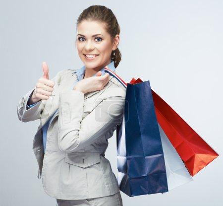 Photo pour Isolé de portrait de femme d'affaires heureux holding sac à provisions - image libre de droit
