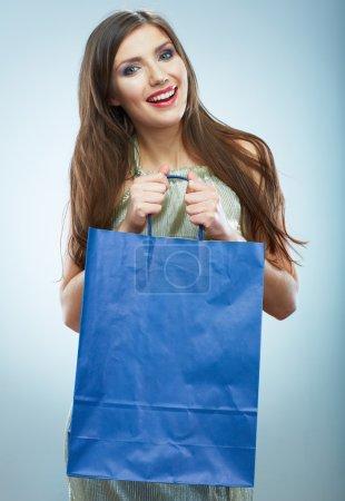 Photo pour 微笑的女士拿着蓝色购物袋 - image libre de droit