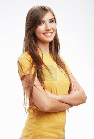Photo pour Jeune femme décontractée en t-shirt jaune isolé sur fond blanc. portrait studio , - image libre de droit