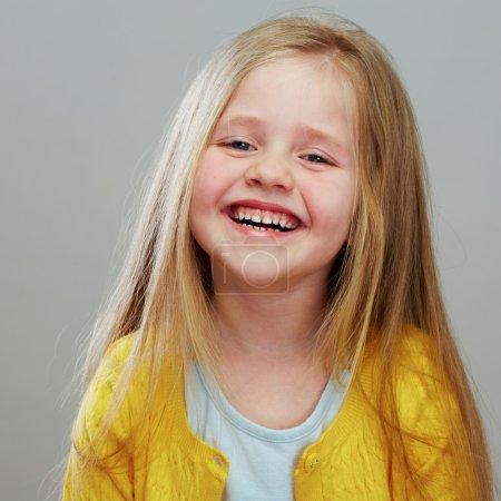 Photo pour Portrait isolé de petite fille - image libre de droit