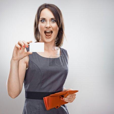 Photo pour Femme détient une carte de crédit. Concept d'entreprise . - image libre de droit