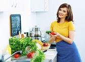 Junge Frau, die kochen Gemüse in Küche