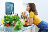 Frau kochend