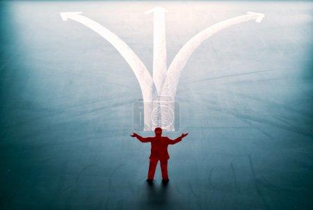Photo pour Concept de sélection, l'homme se tient devant le chemin bifurqué . - image libre de droit