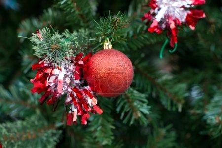 Photo pour Boules et décorations rouges de Noël sur l'arbre de Noël - image libre de droit