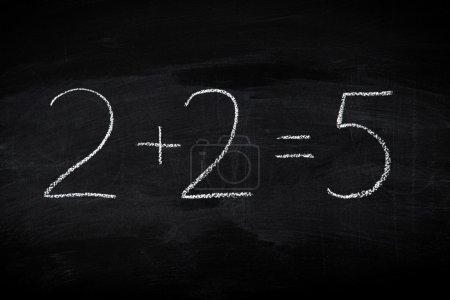 Photo pour Erreur dans la formule mathématique sur tableau - concept éducatif illustré sur tableau noir - image libre de droit