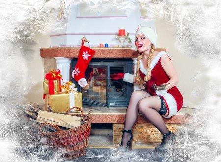 Photo pour Belle femme dans une robe rouge et chapeau de Père Noël - image libre de droit