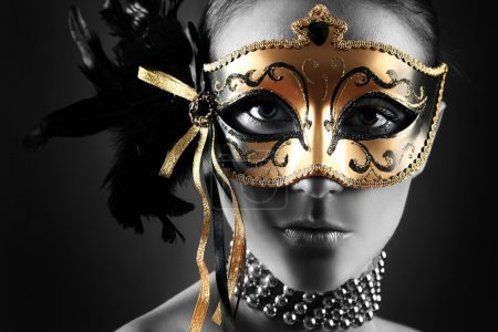 Photo pour Belle femme au masque mystérieux - image libre de droit