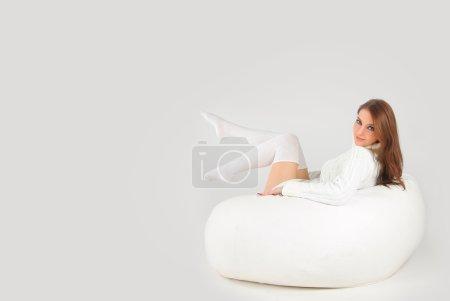 Photo pour Mignonne femme portant un pull blanc - image libre de droit