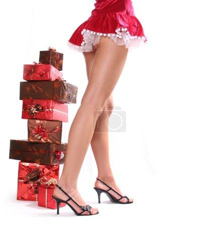 Photo pour Sexy jeune Santa-girl avec des boîtes-cadeaux - image libre de droit