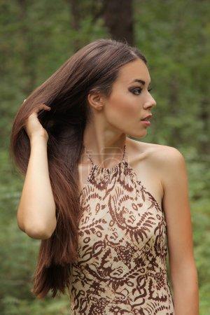 Photo pour Belle femme mystérieuse dans la forêt - image libre de droit