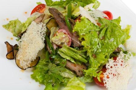 Photo pour Salade de filet d'agneau grillé avec salade . - image libre de droit