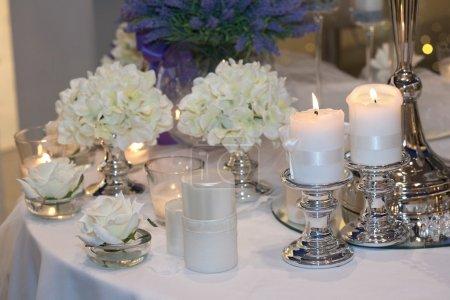 Foto de Mesa decorada con velas, hortensias y rosas blancas - Imagen libre de derechos