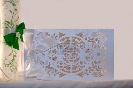 Photo pour Invitation de mariage faite à la main en papier argenté - image libre de droit