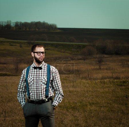 Photo pour Redneck nerd homme dans des lunettes avec barbe extérieure - image libre de droit