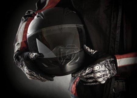 motorradfahrer, mit, helm, in, seinen, händen. - B26418153