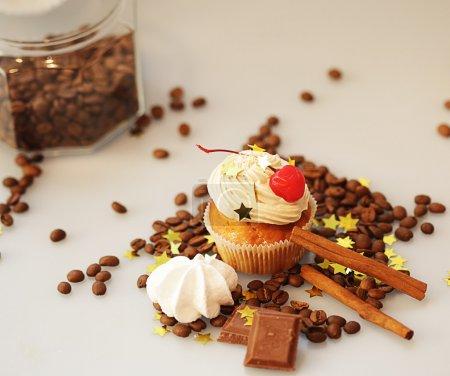Photo pour Gâteaux de muffins savoureux au chocolat, épices et graines de café - image libre de droit