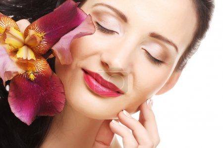 Photo pour Jeune belle femme avec fleur rose - image libre de droit