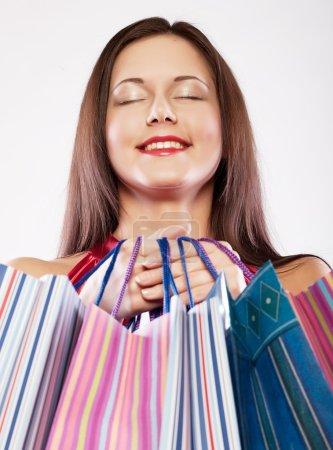 Photo pour Belle femme commerçante heureuse holding sacs à provisions. - image libre de droit