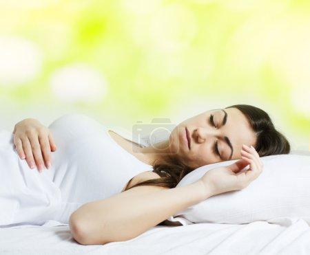 Photo pour Belle fille dormant dans le lit . - image libre de droit