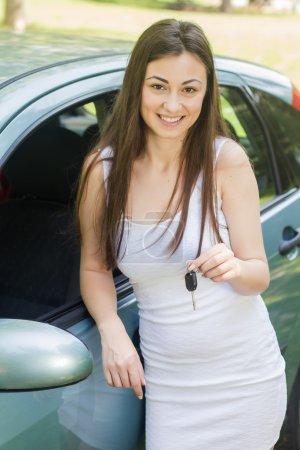 Photo pour Heureuse jeune femme montrant les clés de la nouvelle voiture . - image libre de droit