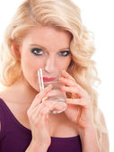 Pěkné blond vlasy dívka pitné vody
