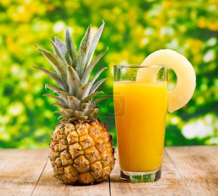 Photo pour Verre de jus d'ananas aux fruits frais - image libre de droit