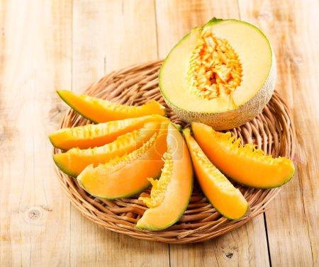 Photo pour Melon frais sur table en bois - image libre de droit