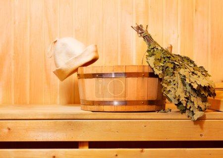 Photo pour Accessoires de sauna dans sauna en bois - image libre de droit