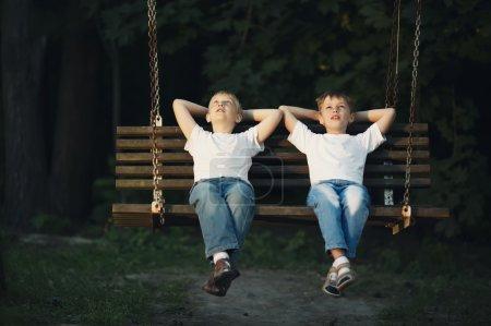 Foto de Niños montando en columpio - Imagen libre de derechos
