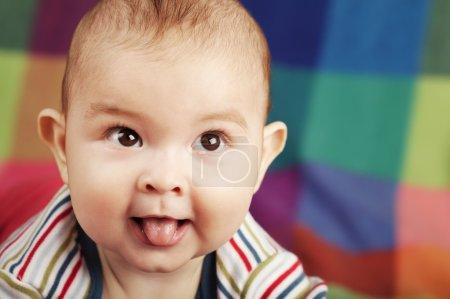Foto de Retrato de niño pequeño lindo en colores de fondo - Imagen libre de derechos