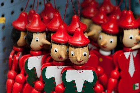 Photo pour Poupées de marionnettes en bois peintes de la figure de Pinocchio - image libre de droit