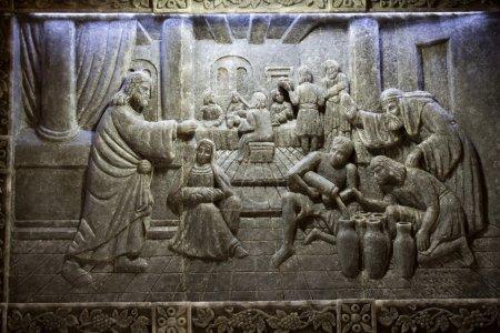 Photo pour Cracovie, lagiewniki - centre du pape Jean paul ii. des reliefs uniques du sel dans la chapelle de st kingas - le miracle de Galiléen cana - image libre de droit