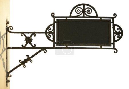 Photo pour Panneau en vieux métal (magasin) avec espace vide pour le texte, isolé sur blanc . - image libre de droit