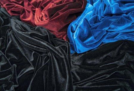 Photo pour Velours bleu rouge et noir brillant est plis formatives et l'image de la lumière-ombre - image libre de droit