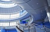Prázdná hala se schodištěm v moderní kancelářská budova