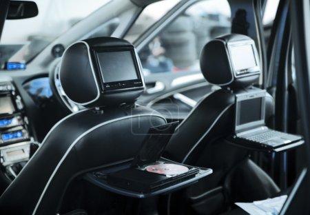 Photo pour Intérieur d'une voiture moderne avec un sièges de cuir et système de médias - image libre de droit