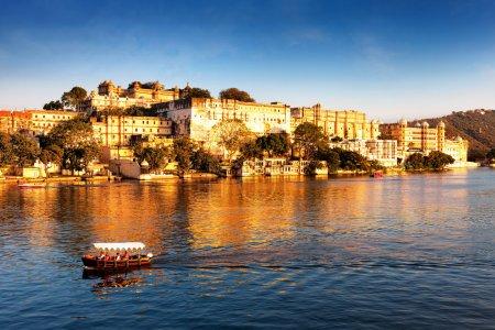 Lake Pichola and City Palace, Udaipur, Rajasthan, ...