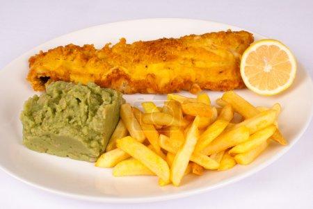 Photo pour Copieux poisson et chips avec l'adiion de purée de pommes de terre - image libre de droit